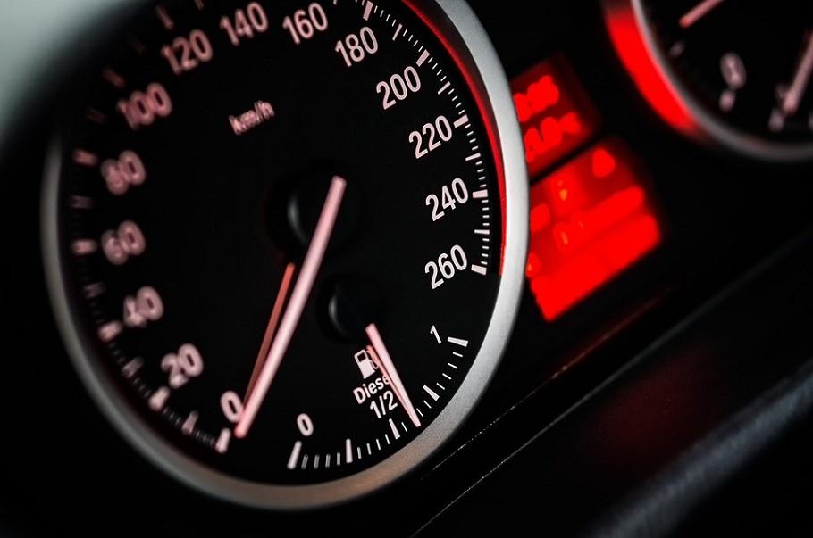 Kiedy wybrać kredyt a kiedy leasing na firmowe pojazdy?