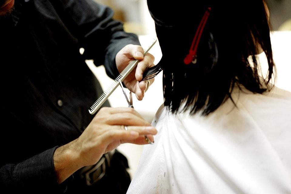 Najważniejsze akcesoria fryzjerskie, których nie może zabraknąć w Twoim salonie
